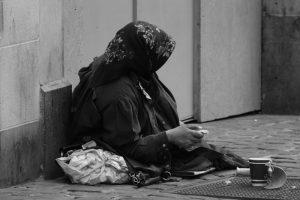 她被兒子「趕出家門乞討當搖錢樹」,卻被有錢人帶走「好吃好喝侍候」,原來都是因為她身上藏有…
