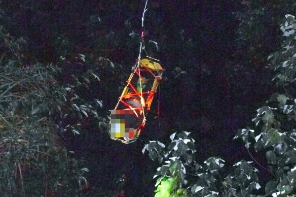 重機夜騎阿里山 疑山路不熟墜谷 手機亮光辨位救起