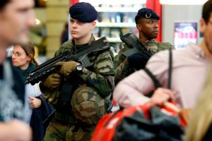 伦敦车站发现可疑包裹 巴黎一建筑物被放6个瓦斯桶