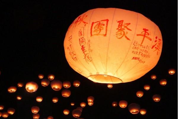 中秋节平溪放天灯祈福 民众冒雨共襄盛举