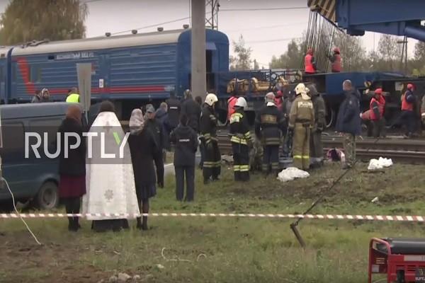 俄巴士闖平交道引擎突熄火 遭火車攔腰撞19死