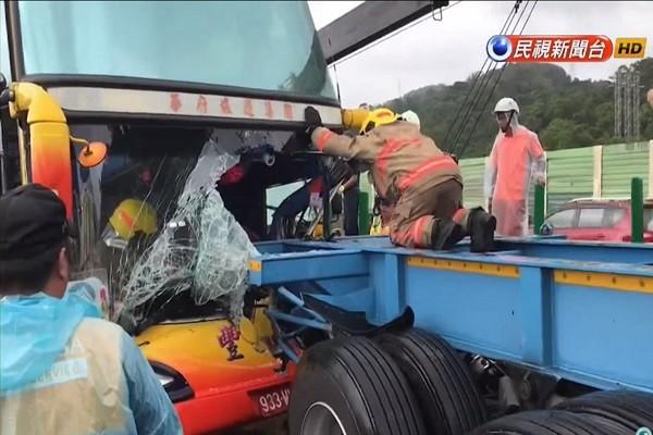 越南团游览车追撞拖板车 驾驶夹困车内12人伤