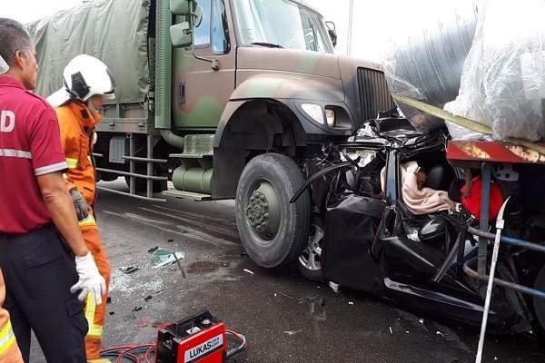 马公军车驾驶昏迷追撞前车 小客车遭夹挤4人受伤(视频)