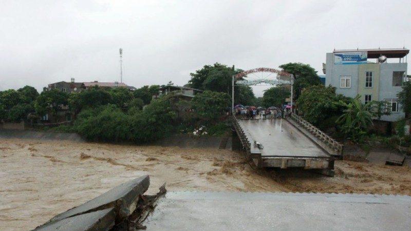 越南暴雨成災 橋塌路斷土石流 40死22失蹤