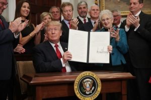 不等了! 川普簽署行政令  繞過奧氏醫保法案小範圍行動