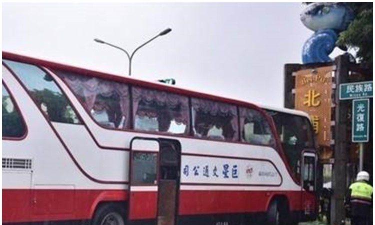江苏团游览车撞上花莲地标 7人擦伤送医