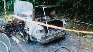 新北三峡司机修车 引擎盖突然掉下被烧死