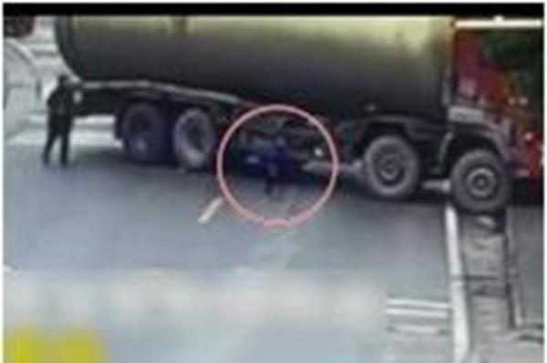 渝童亂闖馬路被捲油罐車底 奇蹟生還起身跑開(視頻)