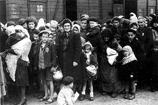 二戰時, 一個小女孩被納粹活埋前說了這樣一句話, 你想不到!