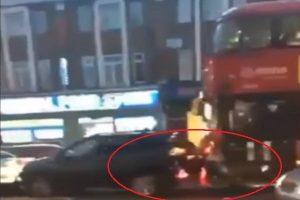 英巴士司机连续追撞3汽车未停 不理乘客制止