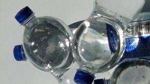 中国瓶装水真干净吗?英媒揭秘百年骗局