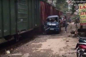 貼太近!河內小貨車遭貨運列車撞擊扯爛