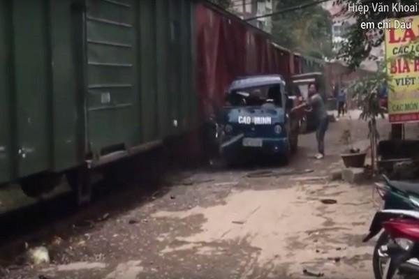 贴太近!河内小货车遭货运列车撞击扯烂