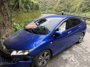 南投牛洞路段落石砸车 女驾驶疑惊吓撞山壁亡