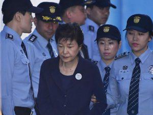 拒见公设律师 朴槿惠涉贿案因健康缺席开庭
