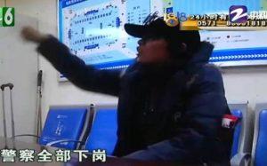 杭州女客狂扇检票员耳光:要我道歉 警察全部下岗(视频)