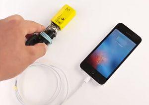 手機沒電又沒充電器 他拿一個電池這樣給手機充電 還有100個最棒的方法教給你(視頻)