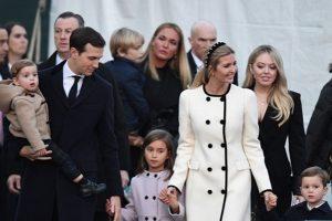带娃出席白宫圣诞树亮灯仪式 伊万卡气质亮眼