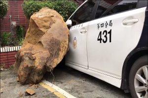 基隆警交接班刚离开 巨石瞬间滑落砸3车