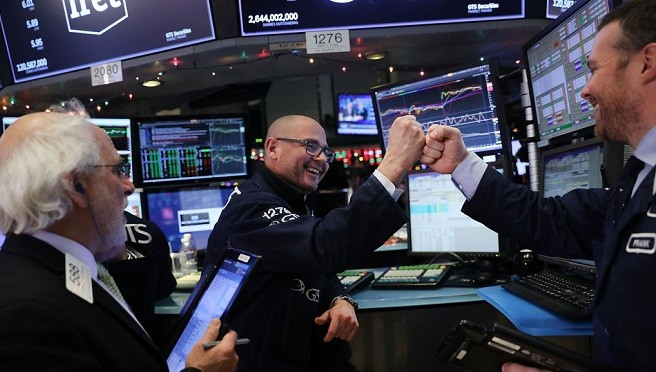 川普税改赢华尔街欢呼 股市罕见狂升再创新高