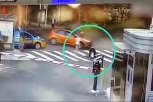讓小孩馬路中央小便 川婦慘遭輾死(視頻)