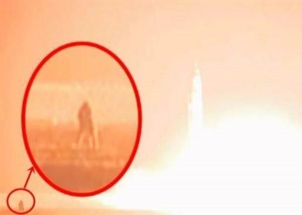 導彈升空現場攝影師慘變火球 金正恩笑祝發射成功