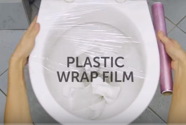 太妙了 家裡廁所塞住 她竟用保鮮膜搞定(視頻)