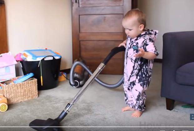 令寶寶做家務 這個爸爸到底如何做到呢(視頻)