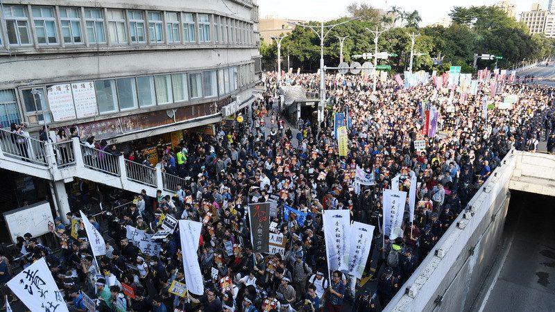 抗議勞基法修法遊行 女警手指遭民眾折斷