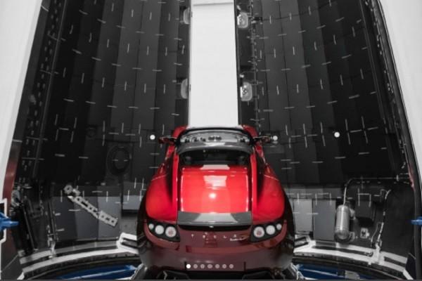 马斯克梦想成真 火箭搭载超跑 遨游太空10亿年