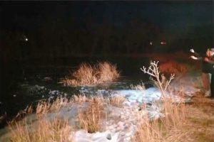 天寒地冻 8岁童掉进结冰池 美勇警破冰救人