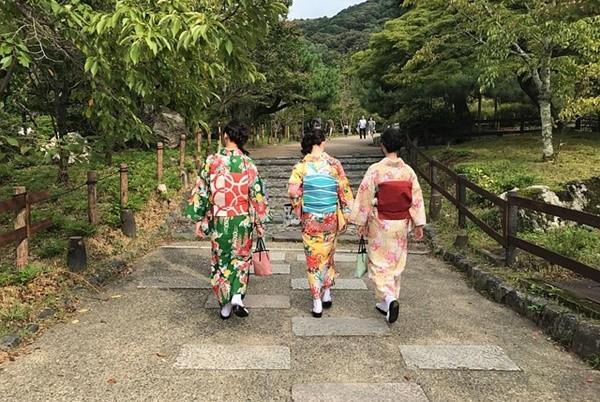 日本女人和服后面_日本女人和服后面的小包包是做什么用的? | 新唐人中文电视台在线