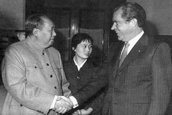 毛澤東會見尼克松前險猝死  拉手小女人丑照曝光