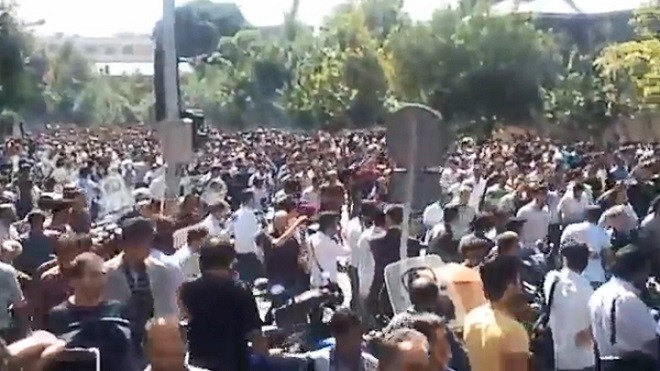 伊朗爆发抗议示威数十人被捕 川普:全世界都在看