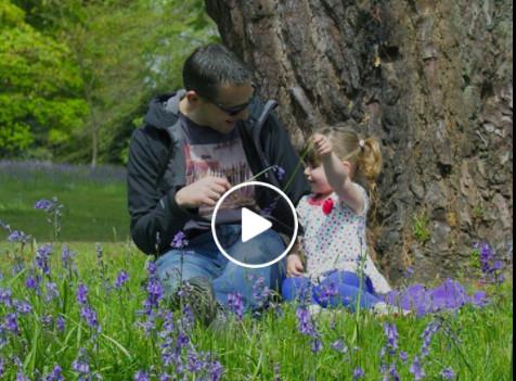 有个衣衫褴褛的小女孩每天独坐在公园里,他上前关心她,不料瞬间出现了奇迹!