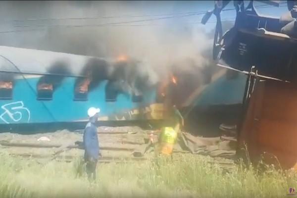 南非火車被撞翻引大火 至少14死180人傷