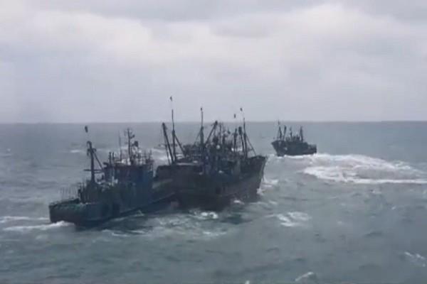 逾50艘中国渔船闯韩国海域 遭机枪扫射扣2船拘20人