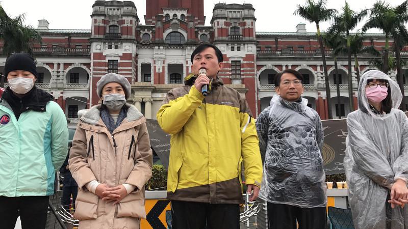 时力立委冒雨禁食 总统府周边道路管制(视频)