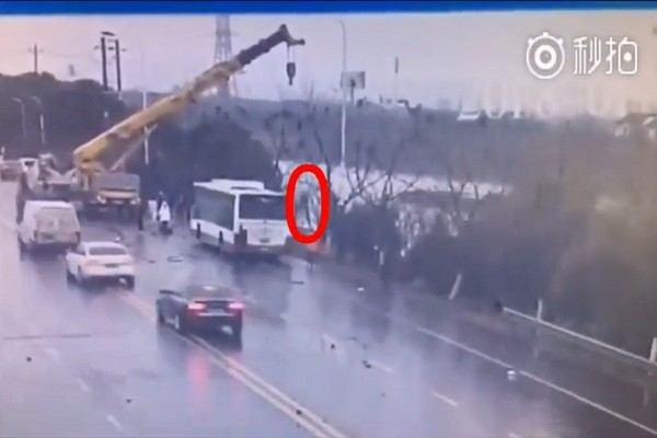 """直撃公车擦撞坠河 男子开大吊臂""""钓""""救乘客"""