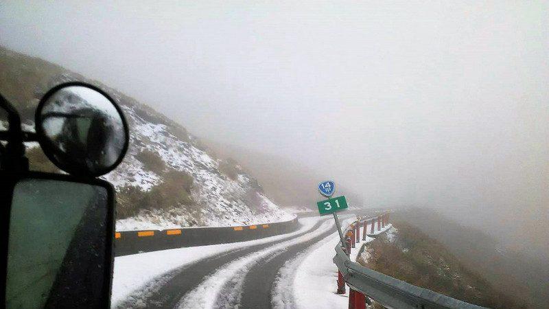 寒流袭台 雪山积雪 合欢山路结冰需挂雪链