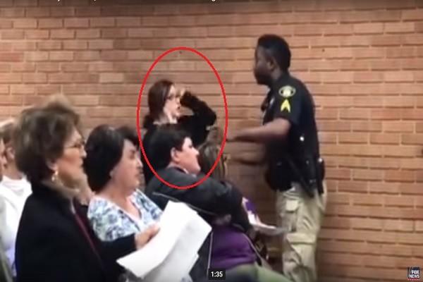 質疑加薪獨厚教育局長 美路州老師被上銬送進監獄(視頻)