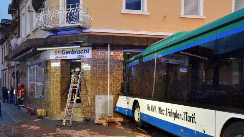 完全没减速 德国儿童校车冲撞民宅酿48伤