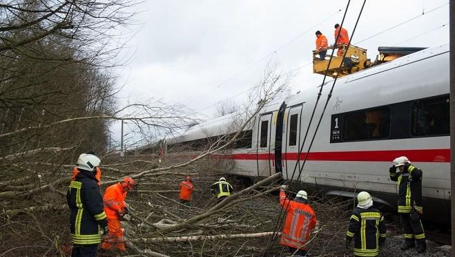 风暴强袭欧洲 人被吹在地上滚 陆空交通中断