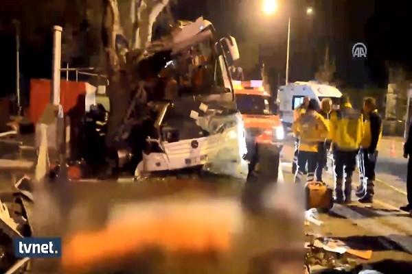 土耳其游览车撞树 滑雪客至少11死46伤(视频)
