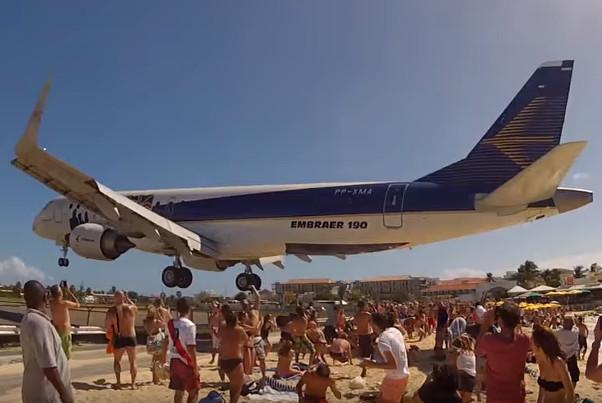 太驚險了 這架飛機竟從遊客頭頂呼嘯而過(視頻)