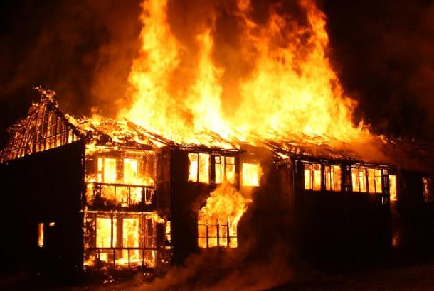 火災連燒數十家 為何僅一家獨存