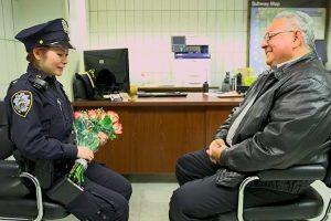 警察救出遭家暴女孩 20年后她找到英雄 问了他一个问题