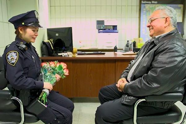 警察救出遭家暴女孩 20年後她找到英雄 問了他一個問題