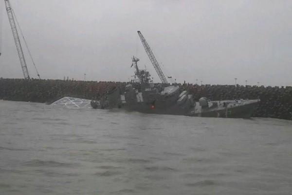 伊朗軍艦撞防波堤翻側 進水沉沒
