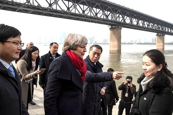 """英国首相访华 """"一带一路""""成难题"""